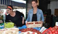Tuż przed długim weekendem truskawki na bydgoskim placu Piastowskim nieco podrożały. Kilogram był wyceniany na 8,50 zł. Nie zraziło to klientów, bo owoce były dobrej jakości