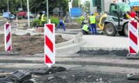 Budowa ronda wkracza w decydującą fazę. Warto zaznaczyć, że wspomniane prace to być może dopiero początek większych planów. Jak pisaliśmy już na naszych łamach, miasto ma m.in. gotową koncepcję budowy drogi przez teren byłego Dozametu.