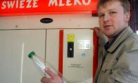 Mlekomat DAniela Bruka w Rymanowie, takie ma powodzenie, że rolnik postawił drugi, większy w Krośnie. Fot. Tomasz Jefimow