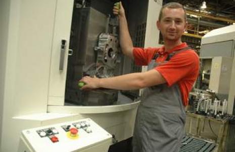 Mirek Kapica pracuje w Neapco od 3 lat, jest operatorem maszyny CNC. (fot. Mirosław Dragon)