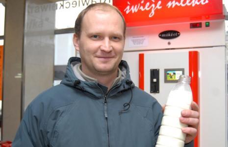 Z mlekomatu w Rzeszowie kupimy mleko, jakiego nie dostanie się w żadnym sklepie - ma 4 proc. tłuszczu i jest świeże (nie pasteryzowane). Fot. Krystyna Baranowska