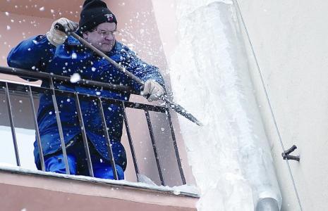 Zima to złoty okres dla firm odśnieżających dachy, usuwających sople i nawisy śnieżno-lodowe (fot. Mariusz Kapała)