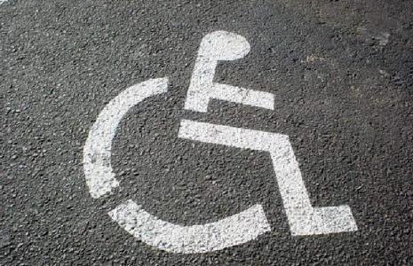 Okazuje się, że udzielona niepełnosprawnym pomoc musi zostać oskładkowana ze środków własnych pracodawcy
