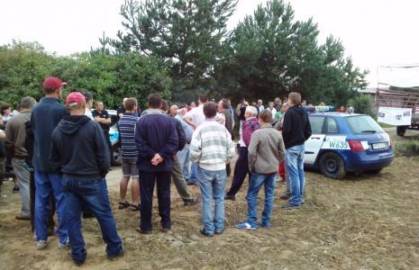 Mieszkańcy gminy protestują przeciwko fermie norek. Pełnią na zmianę dyżury, by na teren budowy nie wjechały betoniarki.