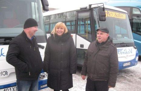 (Od lewej) Kierowcy nowych autobusów Grzegorz Bieniek i Zdzisław Drozdowski, po środku dyrektor Iwona Kocik. - Nowe pojazdy są wręcz komfortowe - przekonują.