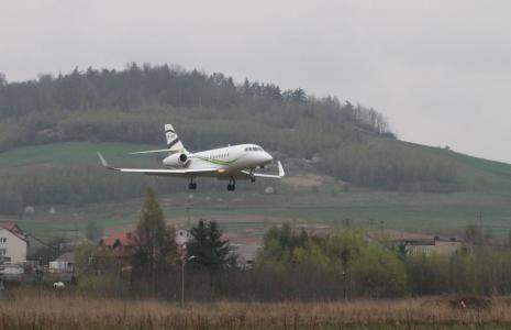 Odrzutowiec podchodzi w sobotę do lądowania w Masłowie;