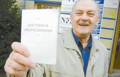 Legitymacje odchodzą do lamusa, choć z aktualnymi pieczątkami z zakładu pracy nadal są honorowane. (fot. Witold Chojnacki/archiwum)