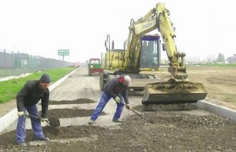 Prace nad przedłużeniem ulicy Przemysłowej trwają. Nowe drogi mają być gotowe w listopadzie  (fot. Janczo Todorow)