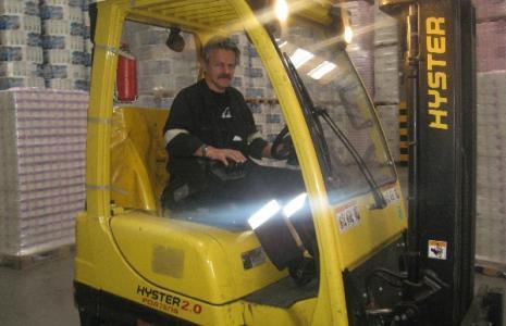 Z magazynu Transhandu, w którym pracuje m.in. Wiesław Mazur, wyroby z kostrzyńskiej firmy ICT trafiają prosto do samochodów dostawczych (fot. Beata Bielecka)