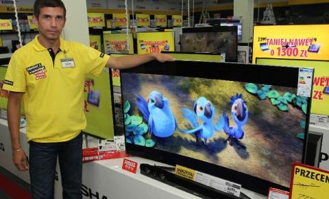 Nowością na rynku jest telewizor z półkolistym ekranem. – To idealny model dla fanów piłki nożnej. Mecze ogląda się w nim rewelacyjnie – mówi sprzedawca-konsultant Tomek ze sklepu MediaEkspert w Kielcach.