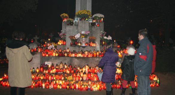 Większość z pytanych przeznaczy na znicze od 21 do 50 złotych, a na kwiaty – od 51 do 100.