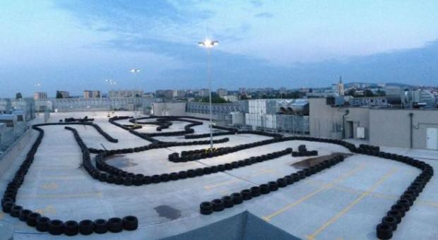 Mający około 450 metrów długości tor Kart Racing Center zlokalizowano na najwyższej kondygnacji galerii.