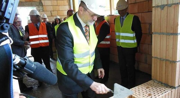Prorektor ds. rozwoju UZ był jednym z gości, którzy zamurowali akt erekcyjny w ścianie hali Darstalu