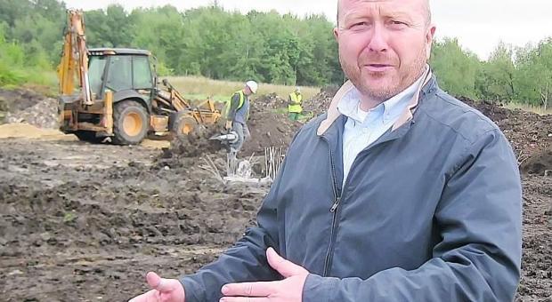 - Tu powstanie hala, a w niej zostaną zamontowane taśmociągi - mówi Jacek Połomka, prezes ZZO. – Nie ma już odwrotu, rusza największa inwestycja na naszym terenie.