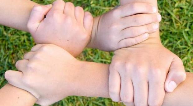 Karta Dużej Rodziny każe rodzicom nakarmić dzieci biżuterią Kruka i garniturem Vistuli. Żart?