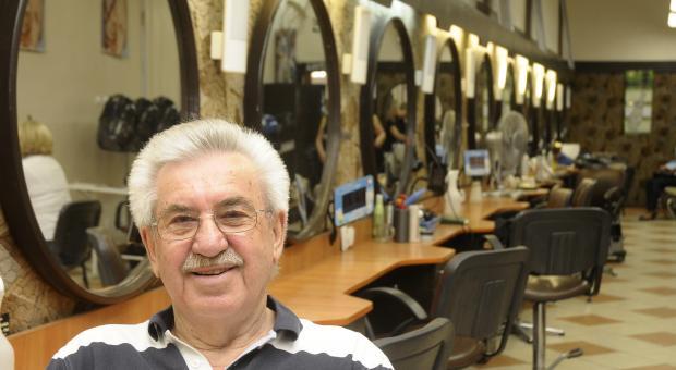 Leon Kuźmiński, prezes Kosmyka ,też ma stałych klientów i nieraz sięga po nożyczki.