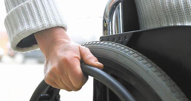 Zatrudniając osobę niepełnosprawną dostaje się dofinansowanie do wynagrodzeń pracowników. (fot. sxc)