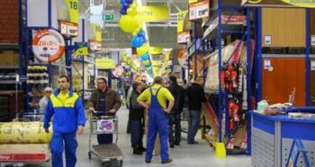 O godzinie 7 rano pierwsi klienci weszli do marketu budowlanego Praktiker w Opolu. (fot. Krzysztof Świderski)