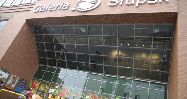 Wprowadzenie opłat za parkowanie w Galerii Słupsk ma zniechęć pracowników okolicznych firm do zostawiania samochodów.