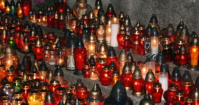 Kilkanaście lat temu modne były szklane lampki, potem plastikowe, a od trzech lat ponownie szklane znicze