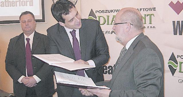 Federico Justus, dyrektor generalny firmy Weatherford International na Europę przekazuje podpisaną umowę Ryszardowi Chylareckiemu, dyrektorowi firmy Poszukiwania Naftowe Diament (fot. Leszek Kalinowski)