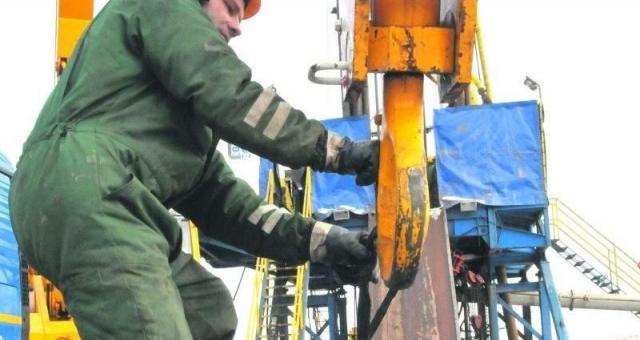 Trwają już odwierty na stanowisku Mozów 1 C1. Jeden z pracowników, Adam Gogacz, podczas tzw. rurowania na głębokość 270 metrów.