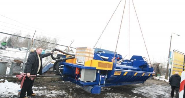 Zgniatarka firmy Auto-Stop waży 23 tony. Pierwsze karoserie zgniecie za kilka dni.