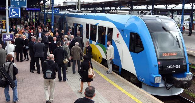 Kolej ma być konkurencją dla samochodów. Na trasie Szczecin - lotnisko kursuje do kilkunastu autobusów dziennie. Podróż ze Szczecina trwa około 50 minut, ale gdy w mieście są korki, często ulega wydłużeniu.