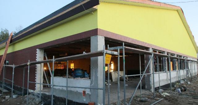 """Budynek usługowo – handlowy w Brzezinach jest już niemal gotowy. Przedstawiciele firmy nie potwierdzają oficjalnie tej informacji, ale sądząc po kolorze ścian powstaje tutaj """"Biedronka""""."""