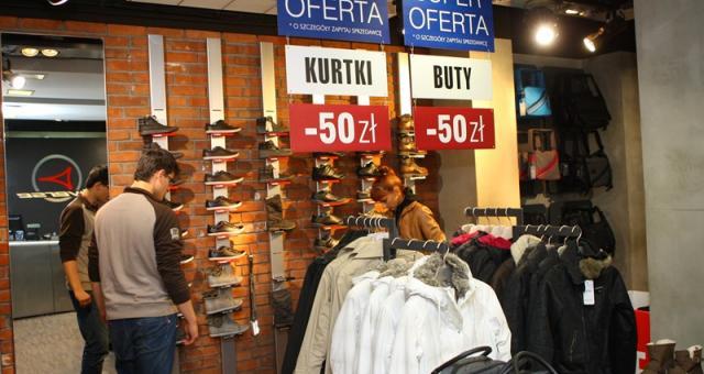W salonie Diverse przeceniono o dodatkowe 50 złotych kurtki i obuwie.