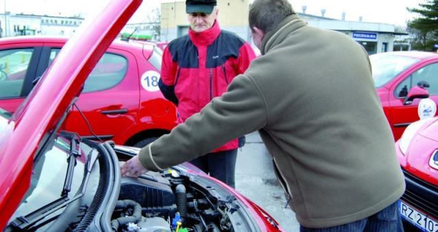 Kandydat na kierowcę sprawdza stan techniczny podstawowych elementów pojazdu odpowiedzialnych bezpośrednio za bezpieczeństwo jazdy.
