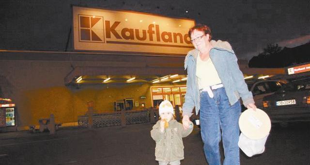 Namysłowianka Wiesława Ochlaszeny z wnuczką Ulą przyjechała wczoraj na zakupy do Brzegu. - Teraz czekamy na taki sklep w Namysłowie, będzie bliżej - mówi. (fot. Tomasz Dragan)