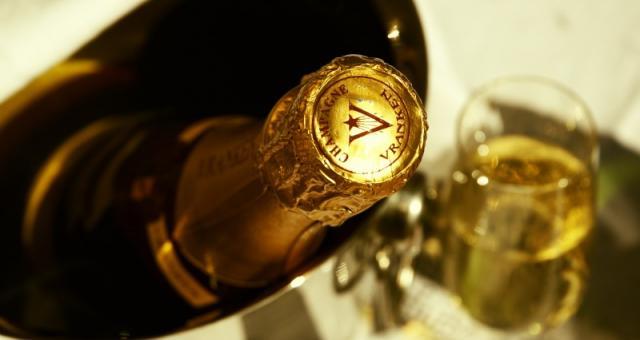 Ceny prawdziwego szampana - królewskiego trunku na Sylwestra - zaczynają się od 120 zł. Fot. sxc.hu