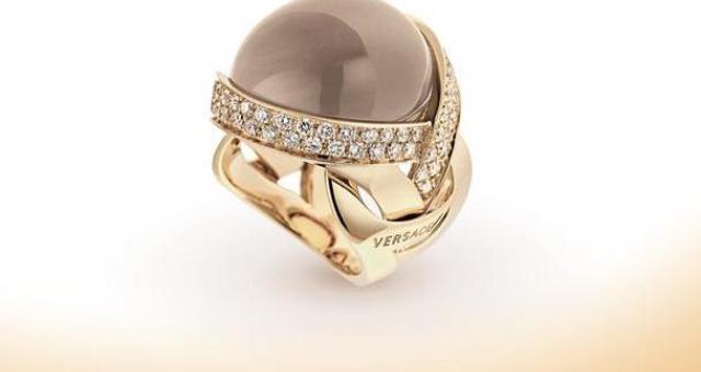 O cenie złotej biżuterii decyduje nie tylko kruszec. Często także marka. Na zdjęciu pierścionek z kolekcji VERSACE z 18 - karatowego złota wysadzany brązowymi diamentami z kwarcem w środku. fot. VERSACE