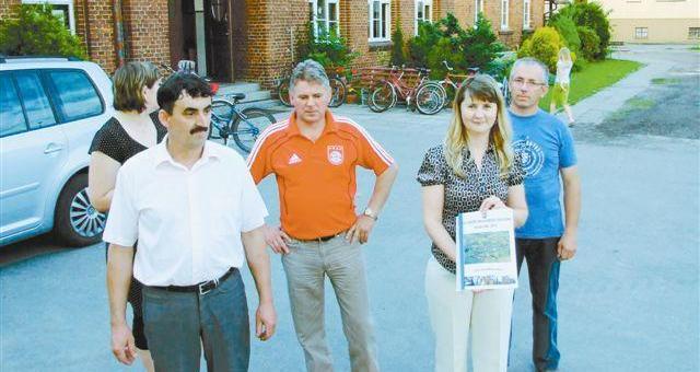 Grodzisko. 5 lat temu mieszkańcy założyli stowarzyszenie, żeby prowadzić szkołę podstawową. Teraz starają się o unijne dofinansowanie na budowę sali sportowej dla uczniów. (fot. Radosław Dimitrow)