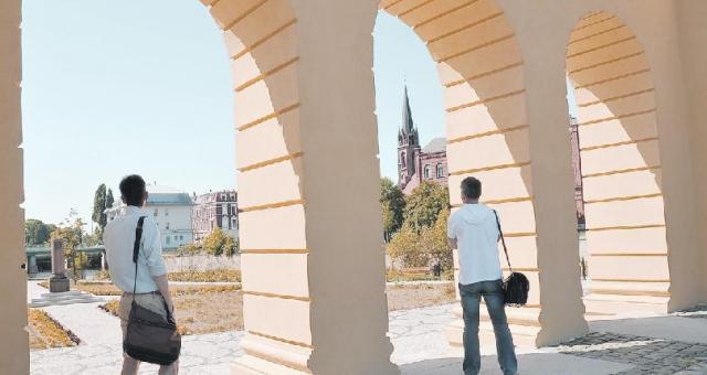 Na zmodernizowaną Wyspę Teatralną zagląda teraz coraz więcej turystów (fot. Tomasz Gawałkiewicz)