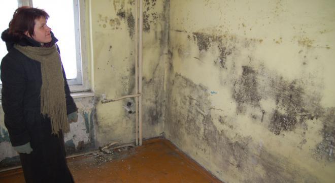 Najemca mieszkania do remontu musi się często liczyć z wydatkami rzędu kilkudziesięciu tysięcy zł. Administratorka ZGM Bożena Siubdzia pokazuje zdewastowane mieszkanie przy ulicy Armii Krajowej po zmarłym lokatorze.