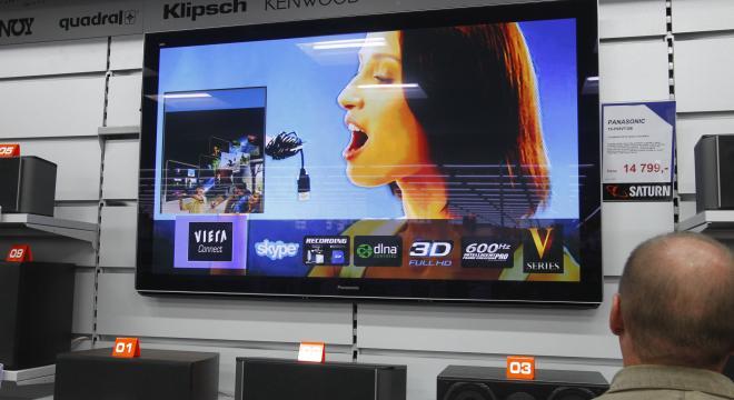 Dzisiaj najtańszy telewizor 3 D w markceicei kupimy za 1,8 tys. zł. W 2004 roku najtańszy kosztował 8,8 tys. zł. Na zdjęcku najdroższy produkt w Saturnie - telwizor 65-calowy panasonic za 14,797 tys. zł.
