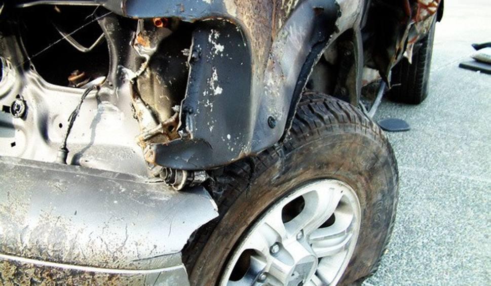 Film do artykułu: Powiat kartuski. Wrak samochodu przygniótł mężczyznę. Lekarz stwierdził zgon