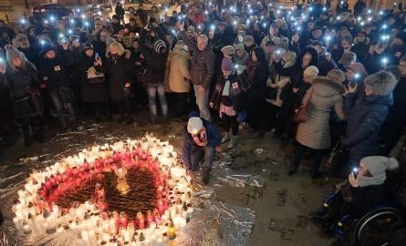 W środę lublinianie ułożyli przed ratuszem wielkie serce ze zniczy ku pamięci zamordowanego prezydenta Gdańska Pawła Adamowicza