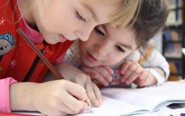 Problemy z koncentracją są częstym problemem w szkole, gdzie wpływają na nie nie tylko czynniki rozpraszające uwagę, ale również sposób podawania wiedzy