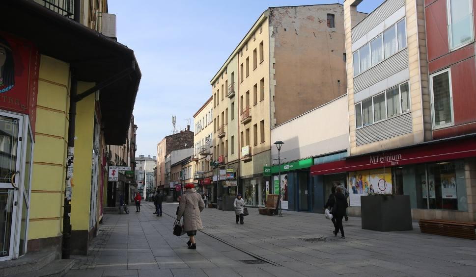 Film do artykułu: Opustoszałe ulice Sosnowca? Mimo zakazu wychodzenia z domu wciąż żyje, a na ulicach widać mieszkańców. W śródmieściu spory ruch