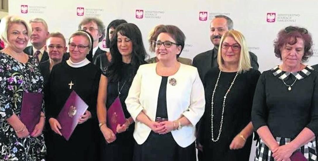 Rodzinne zdjęcie uczestników warszawskiej uroczystości. Danuta Narożna obok minister Zalewskiej, pierwsza z prawej