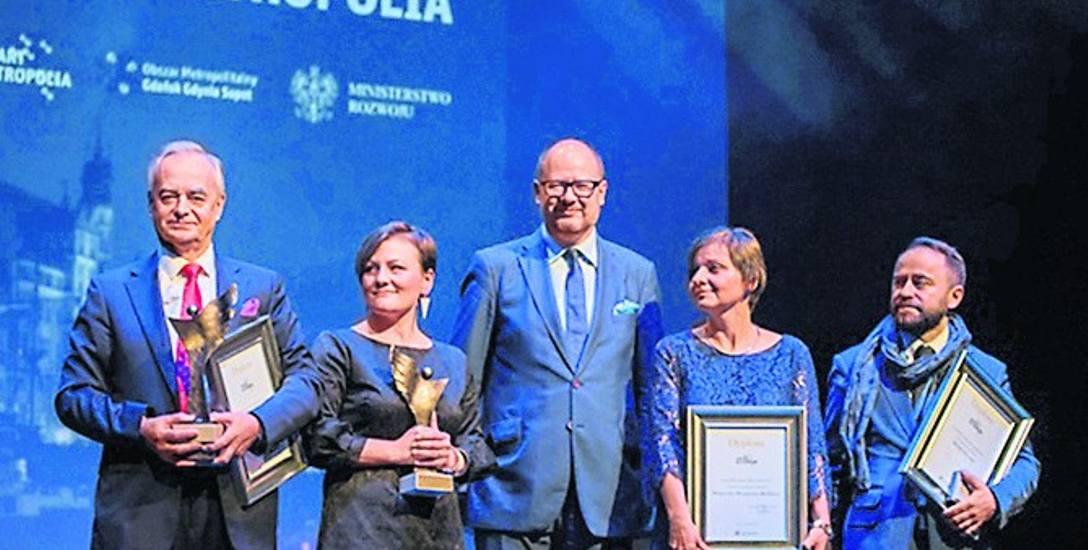 Nagrody Grand Prix Smart Metropolia odebrali na Kongresie zastępca prezydenta Warszawy Michał Olszewski (pierwszy po prawej), Pomorskie Hospicjum dla