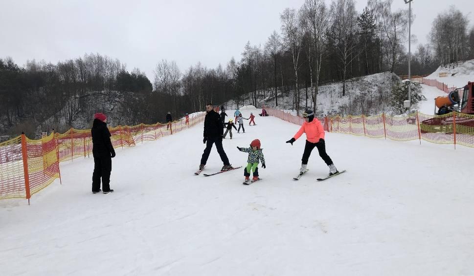 Film do artykułu: Pogoda dla narciarzy. Świetne warunki na świętokrzyskich trasach narciarskich (RAPORT)