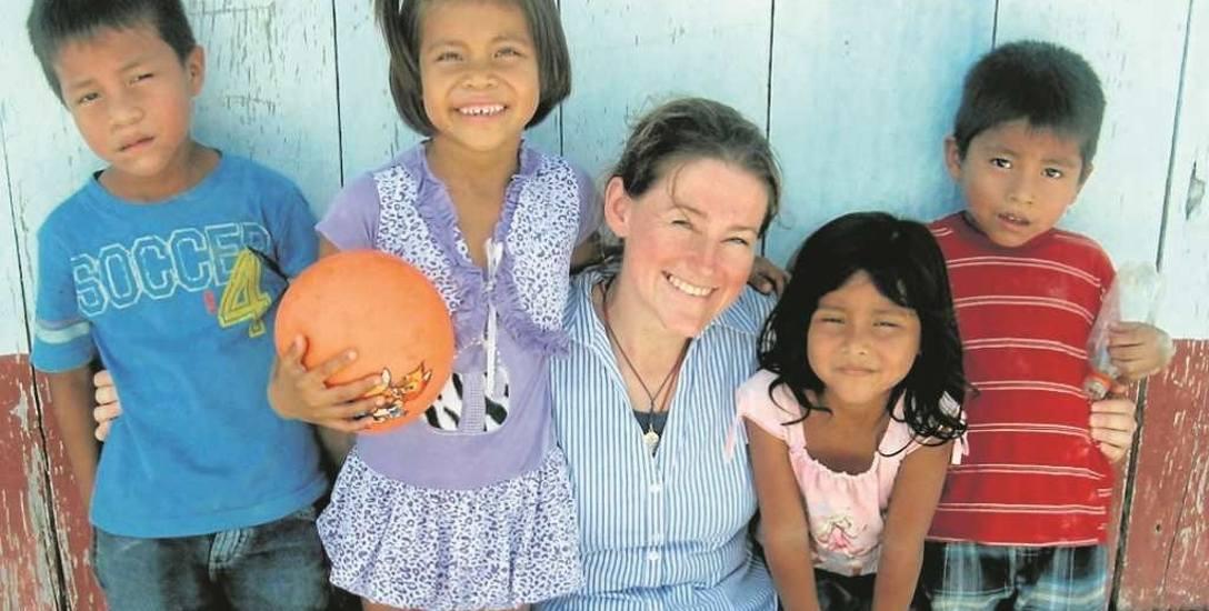 Katarzyna Jawor z dziećmi w Peru. Jest tam na misji od 2010 roku
