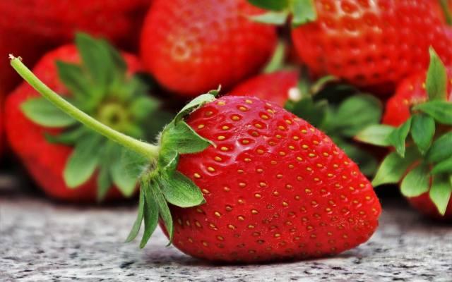 Truskawkisą bogate w witaminę C (zawierają jej więcej niż cytryna i grejpfrut), witaminę B, kwas foliowy.Niestety mimo cennych właściwości, owoce te