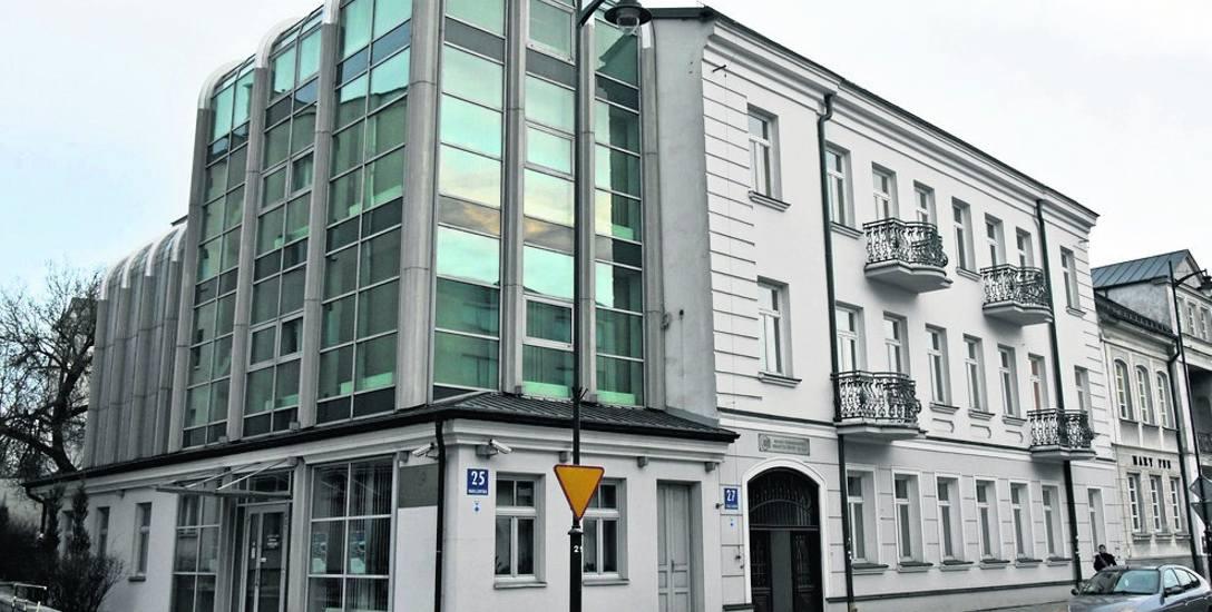 Najpewniej w zachowanej do dziś murowanej oficynie, stojącej niegdyś na posesji przy ul. Warszawskiej 25, działały w latach 60-80. XIX w. typolitografia