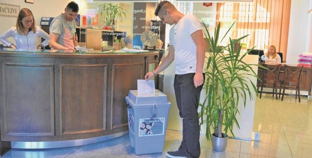 Na projekty obywatelskie można głosować w Urzędzie Miejskim w Stargardzie, w sali obsługi klienta, gdzie postawiono urnę. Taka sama jest w ratuszu. Głosowanie