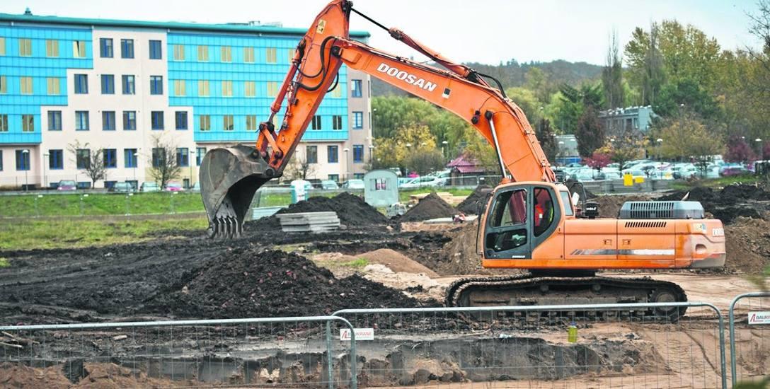 Na placu budowy rozpoczęły się prace ziemne. Jeszcze w tym roku mają powstać fundamenty. Koszt tej części prac to ok. 1,8 mln złotych